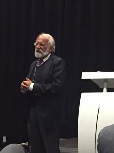 Rabbijn Soetendorp spreekt tijdens het Studium Generale de aanwezigen toe.